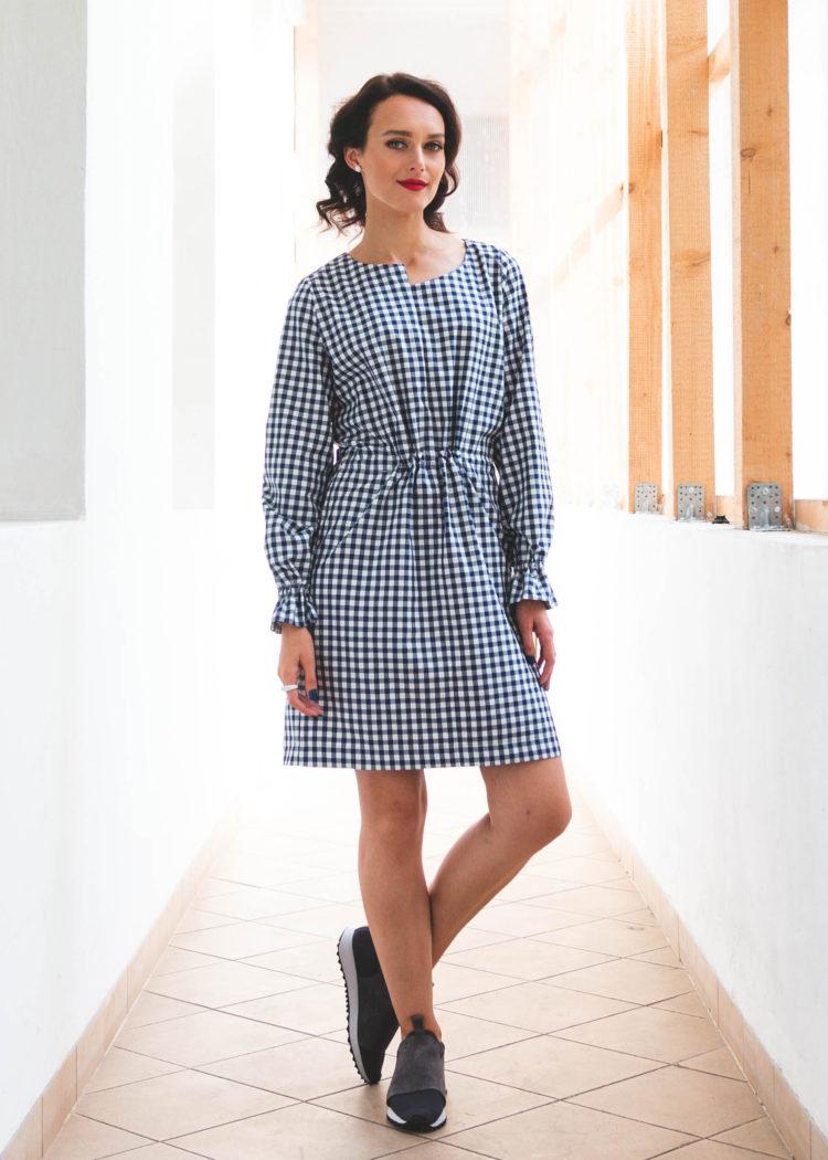 modro bílé šaty geometrie