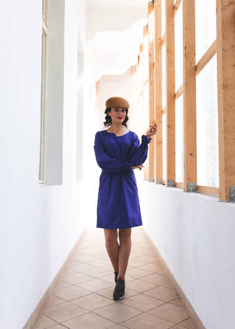 modré šaty geometrie